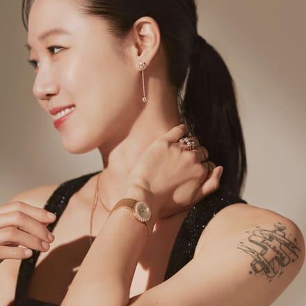 핑크 골드 다이아몬드 이어링과 하이엔드 시계를 착용한 공효진
