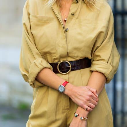 India Weber avec une bague ouverte en or rose et bracelets Possession