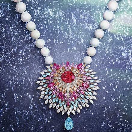 Collier en or rose et diamant serti de sapphires et opales