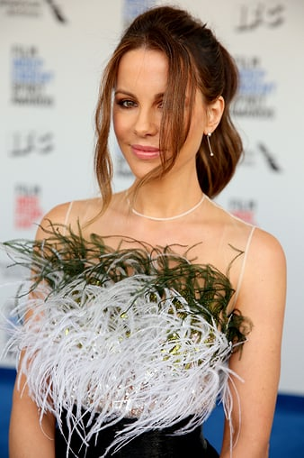 Kate Beckinsale佩戴伯爵Possession鑲鑽耳環出席2017年美國獨立精神電影獎頒獎典禮