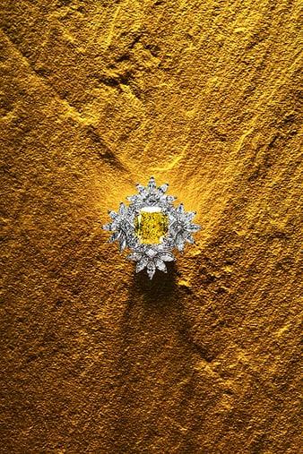 G34HK800 Sunny Side of Life鑽石和黃色祖母綠指環