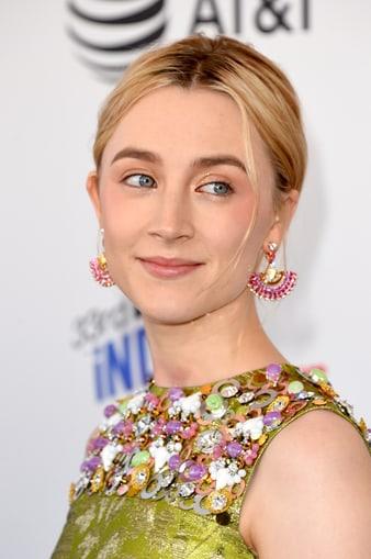 瑟夏‧羅南(Saoirse Ronan)佩戴伯爵高級珠寶耳環出席美國獨立精神電影獎頒獎典禮