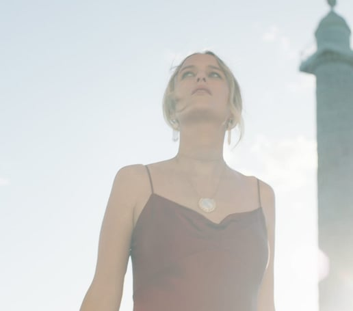 Rebecca Laurey mit einer Piaget Sunlight Kette aus Roségold